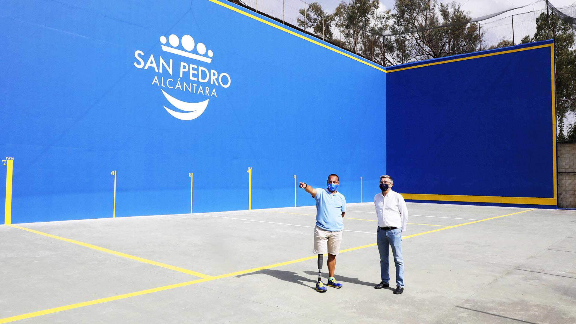 Renovada la pista de frontón del Elena Benítez de San Pedro Alcántara